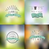 Grupo do vetor de verão e de emblemas felizes e símbolos no borrados Imagens de Stock