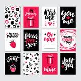 Grupo do vetor do vale-oferta do dia de Valentim Entregue moldes imprimíveis tirados com rotulação, textura, citações do amor Imagens de Stock