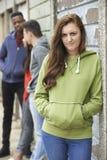 Grupo dos adolescentes que penduram para fora no ambiente urbano fotos de stock royalty free