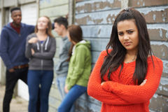 Grupo dos adolescentes que penduram para fora no ambiente urbano imagem de stock