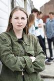 Grupo dos adolescentes que penduram para fora no ambiente urbano fotografia de stock
