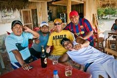 Grupo dos amigos masculinos que bebem a cerveja em um bungalow Fotos de Stock