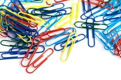 Grupo dos clipes de papel coloridos isolados no fundo branco Fotografia de Stock Royalty Free