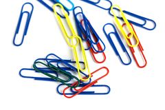 Grupo dos clipes de papel coloridos isolados no fundo branco Fotografia de Stock