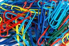 Grupo dos clipes de papel coloridos isolados no fundo branco Imagens de Stock