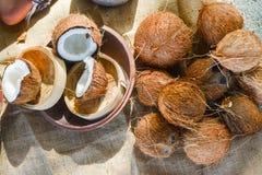 Grupo dos cocos na bacia e na tabela imagens de stock royalty free