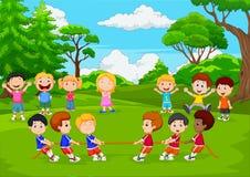 Grupo dos desenhos animados de crianças que jogam o conflito no parque ilustração stock