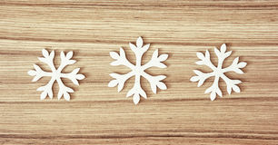 Grupo dos flocos de neve brancos no fundo de madeira Fotos de Stock Royalty Free
