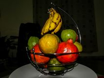 Grupo dos frutos na cesta de fruto Imagem de Stock Royalty Free