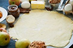 Grupo dos ingredientes para cozer, massa crua para a torta, especiarias, appl Foto de Stock