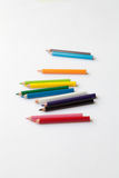 Grupo dos mini lápis coloridos do divertimento isolados no branco Grupo de lápis de madeira coloridos pequenos bonitos Fotos de Stock
