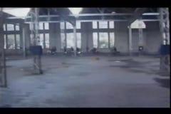 Grupo dos motociclistas que deixam a construção abandonada video estoque