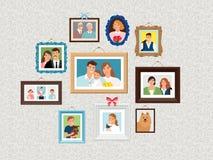 Grupo dos quadros da família As imagens do retrato dos povos, enfrentam photoportraits na parede com crianças e cão, esposa e avó ilustração royalty free