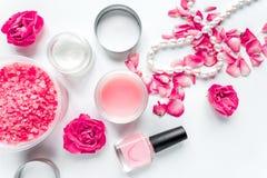 Grupo dos termas do cuidado do prego com polimento da rosa, opinião superior do fundo branco de creme fotografia de stock royalty free
