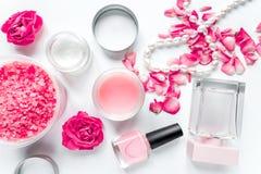 Grupo dos termas do cuidado do prego com polimento da rosa, opinião superior do fundo branco de creme foto de stock