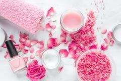 Grupo dos termas do cuidado do prego com polimento da rosa, opinião superior do fundo branco de creme imagens de stock
