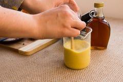 Grupo dourado da preparação da bebida de leite imagens de stock