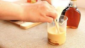 Grupo dourado da preparação da bebida de leite video estoque