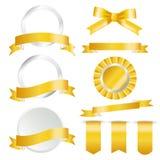 Grupo dourado das fitas, da bandeira e de etiquetas isolado no fundo branco Ilustração do vetor para sua água fresca de design ilustração royalty free