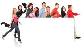 Grupo e placa de passeio dos povos para o texto Foto de Stock
