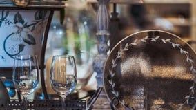 Grupo elegante dos produtos vidreiros na mesa de jantar fotografia de stock