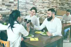 Grupo emocional de amigos en la tabla del restaurante Foto de archivo