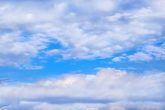 Grupo enorme das nuvens no fundo do céu azul fotos de stock royalty free