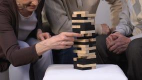 Grupo envelhecido dos amigos que joga o jogo de tabela, tendo o divertimento junto, aposentadoria ativa vídeos de arquivo