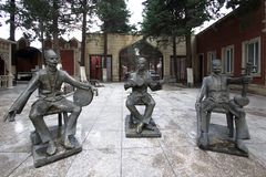 Grupo escultural no centro da cidade imagens de stock