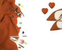 Grupo fêmea à moda do equipamento da forma: pano vermelho, saltos, composição, escovas, cervos de prata dos brincos no fundo bran fotografia de stock