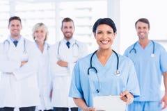 Grupo feliz confiado de doctores en la oficina médica Imágenes de archivo libres de regalías