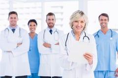 Grupo feliz confiado de doctores en la oficina médica Fotos de archivo