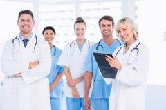Grupo feliz confiado de doctores en la oficina médica Foto de archivo libre de regalías