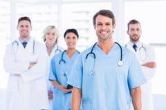 Grupo feliz confiado de doctores en la oficina médica Imagen de archivo libre de regalías