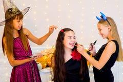 Grupo feliz de adolescentes en los trajes que se preparan para Halloween Imagenes de archivo