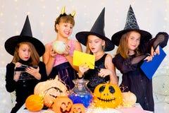 Grupo feliz de adolescentes en los trajes que se preparan para Halloween Foto de archivo