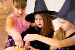 Grupo feliz de adolescentes en trajes durante el partido de Halloween Fotos de archivo libres de regalías