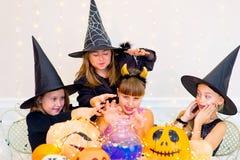 Grupo feliz de adolescentes en trajes durante el partido de Halloween Imagen de archivo