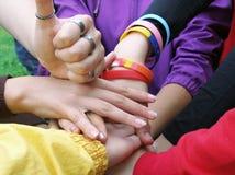 Grupo feliz de amigos alegres que aumentan las manos con el pulgar para arriba Foto de archivo libre de regalías