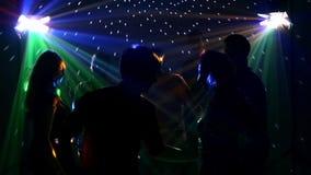 Grupo feliz de amigos que bailan en un club nocturno y almacen de video