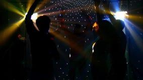 Grupo feliz de amigos que bailan en un club nocturno y almacen de metraje de vídeo