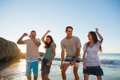 Grupo feliz de amigos que bailan junto Imágenes de archivo libres de regalías