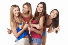 Grupo feliz de amigos que gesticulam os polegares acima Fotos de Stock Royalty Free