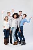 Grupo feliz de amigos que ríen y que agitan Imagenes de archivo