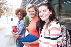 Grupo feliz de estudantes universitários imagens de stock