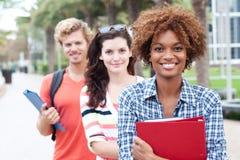 Grupo feliz de estudantes universitários foto de stock