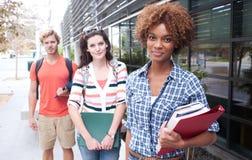 Grupo feliz de estudantes universitários fotografia de stock