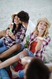 Grupo feliz de gente joven que se divierte en la playa Fotografía de archivo