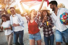 Grupo feliz de gente joven que se divierte en la playa Imagenes de archivo