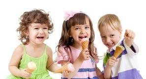 Grupo feliz de los niños con helado en estudio Imagen de archivo